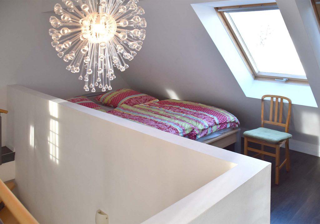 Schlafbereich mit Doppelbett im Dachgeschoss