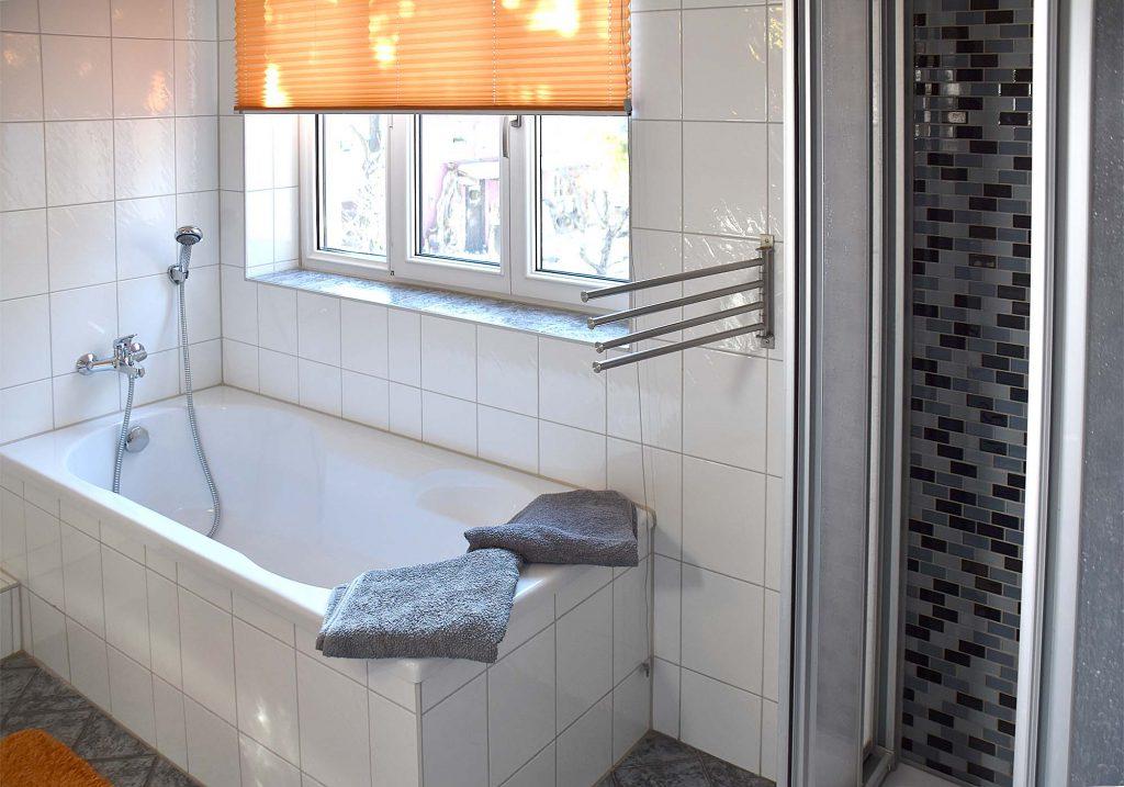 Badezimmer mit WC, Dusche, Wanne, Waschbecken