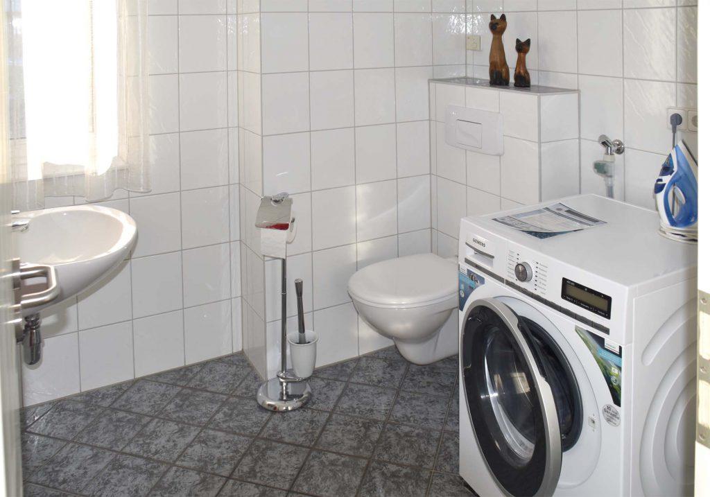 separates WC mit Waschmaschine